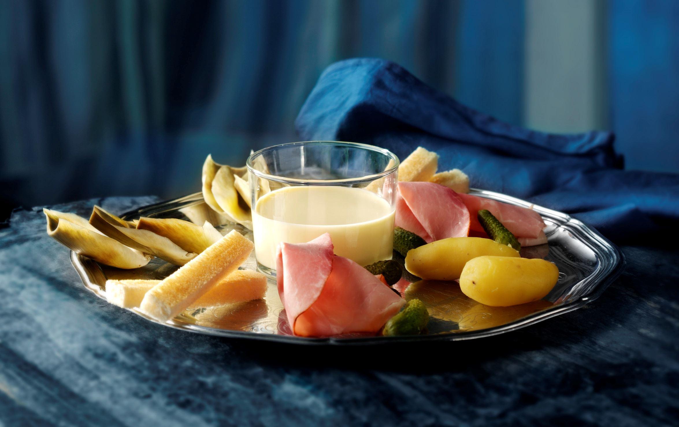 Ostefondue med artiskok, røget skinke og små cornichoner