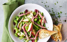 Salat med store brødcroutoner