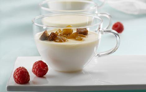 Hjemmelavet tykmælk med hindbærsirup og honningristede rugbrødstern