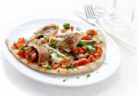 Tyrkiske brød med bøf, ost og salat