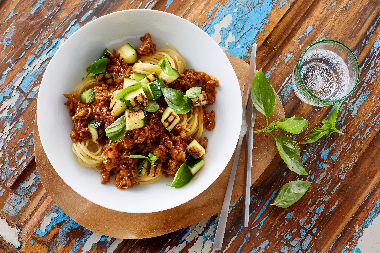 Spaghetti bolognese med grillet squashsalat
