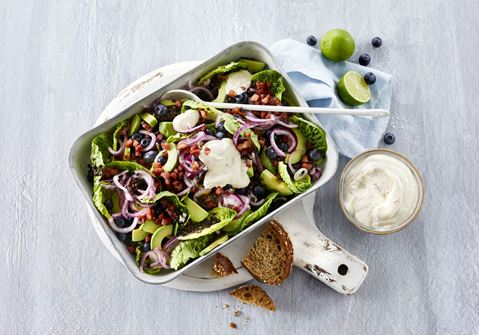 Salat med bacon og saltsyltede rødløg