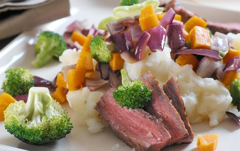 Kartoffelmos med grøntsager og bøf i skiver