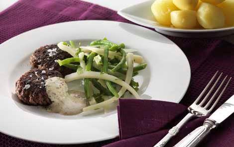 Hakkebøffer med grøntsager og sennepscreme