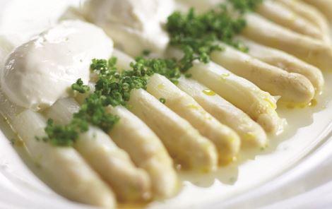 Hvide asparges i egen lage med kold rygeost