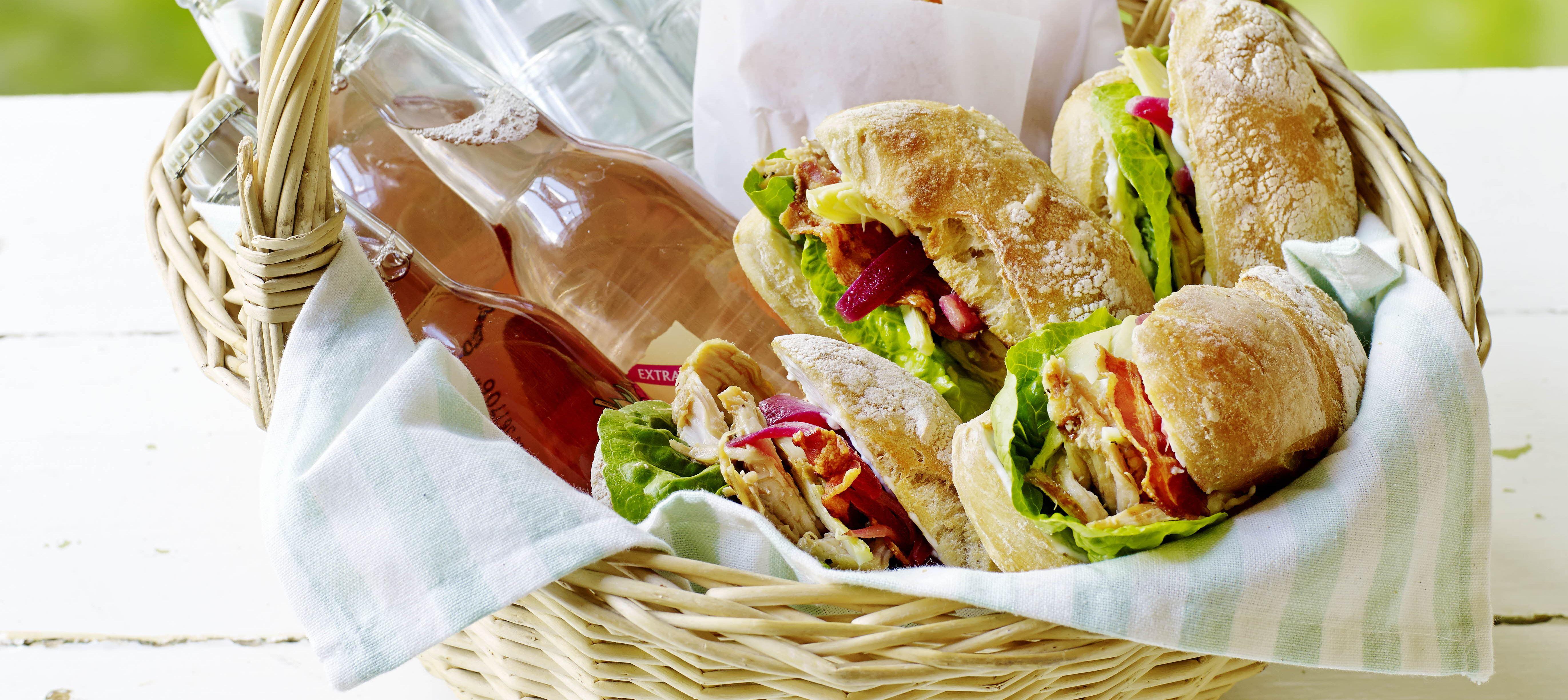 Kyllingesandwich med cæsarmayo, syltede rødløg og sprøde ostechips