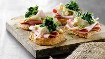Sprøde brød med skinke og løg i sennepsfløde