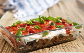 Aubergine med hvidløgsyoghurt og tomatsalsa