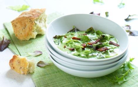 Grøn ærtecreme med bacon og havesalater