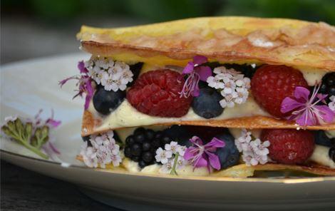 Sprøde glaserede pastaplader med passionsfrugtcreme og spiselige blomster