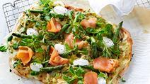 Hvid pizza med forårsløg og røget laks