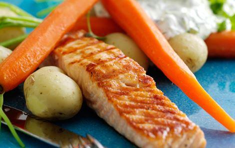 Grillstegt laks med brøndkarsecreme og nye gulerødder og kartofler