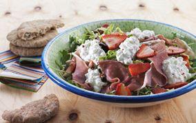 Kålsalat med jordbær og rosa peber