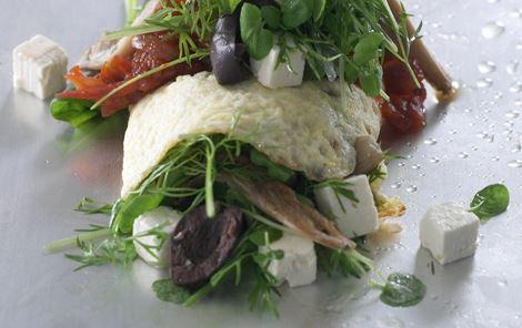 Omeletrulle med østershatte, kryddersalat og tomatchutney