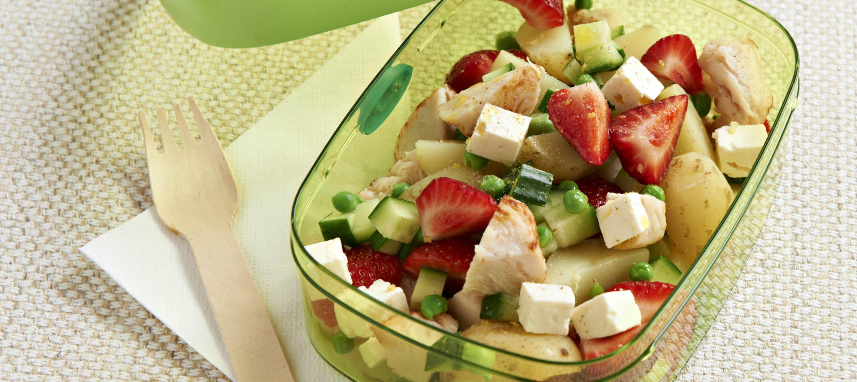 Kartoffelsalat med jordbær, ærter og ost
