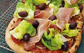 Pizza med skinke, salat og oliven