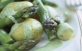 Kartoffel- og aspargessalat med basilikumcreme