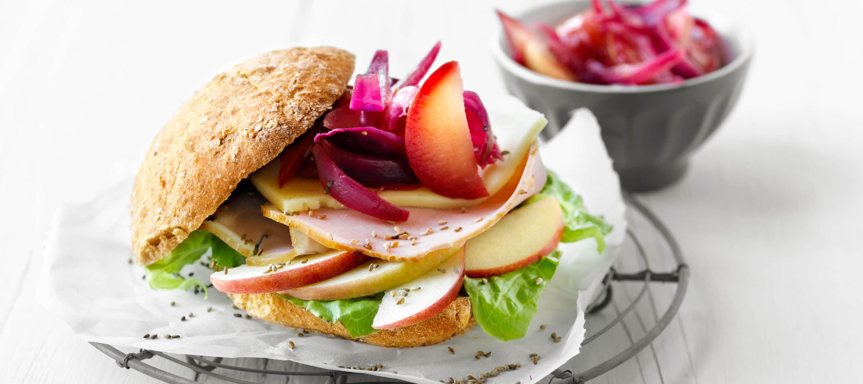 Sandwich med ost og citrussyltede løg