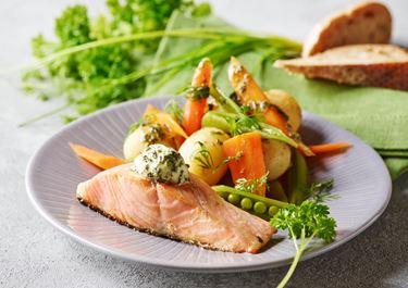 Nye grøntsager med stegt fisk