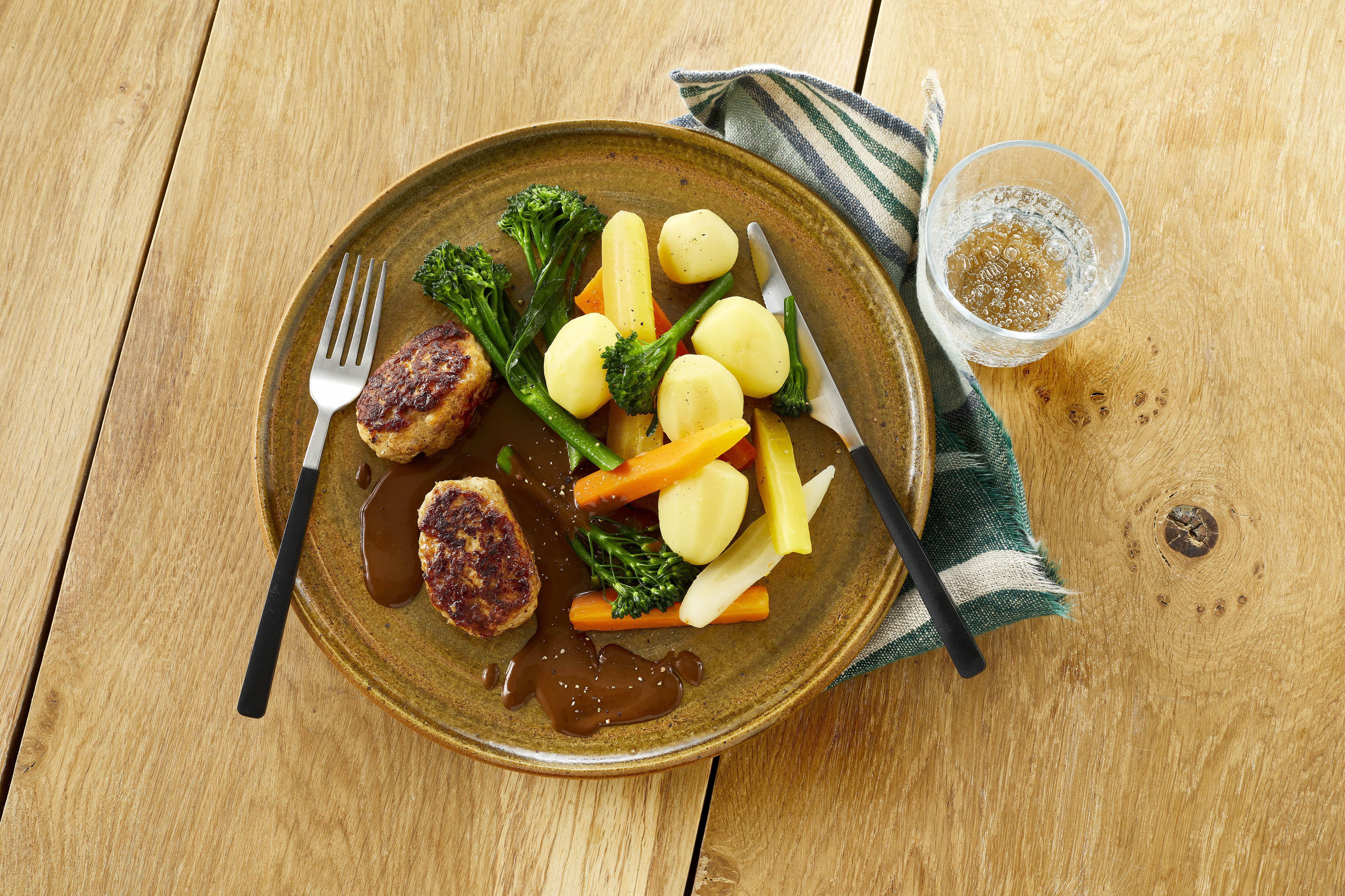 Frikadeller med sauce og kartofler