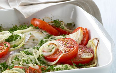 Ovndampet torsk med løg, tomat og øl