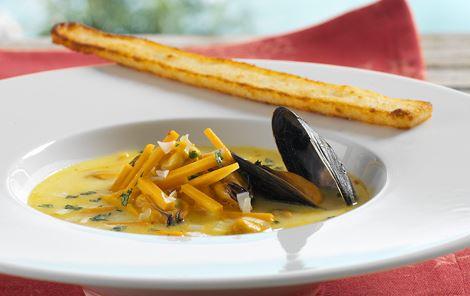 Muslingesuppe med karry og rismelsstænger