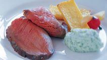 Oksetyndsteg med persillerodspure og grillet polenta