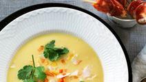 Eksotisk suppe med kyllingespyd i parmasvøb