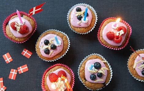 Minimuffins med bær og kulørt glasur