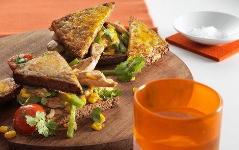 Lun rugbrødssandwich med koriander og chiliost