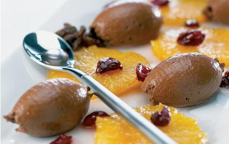 Syrlig chokolademousse med marinerede appelsiner og tranebær