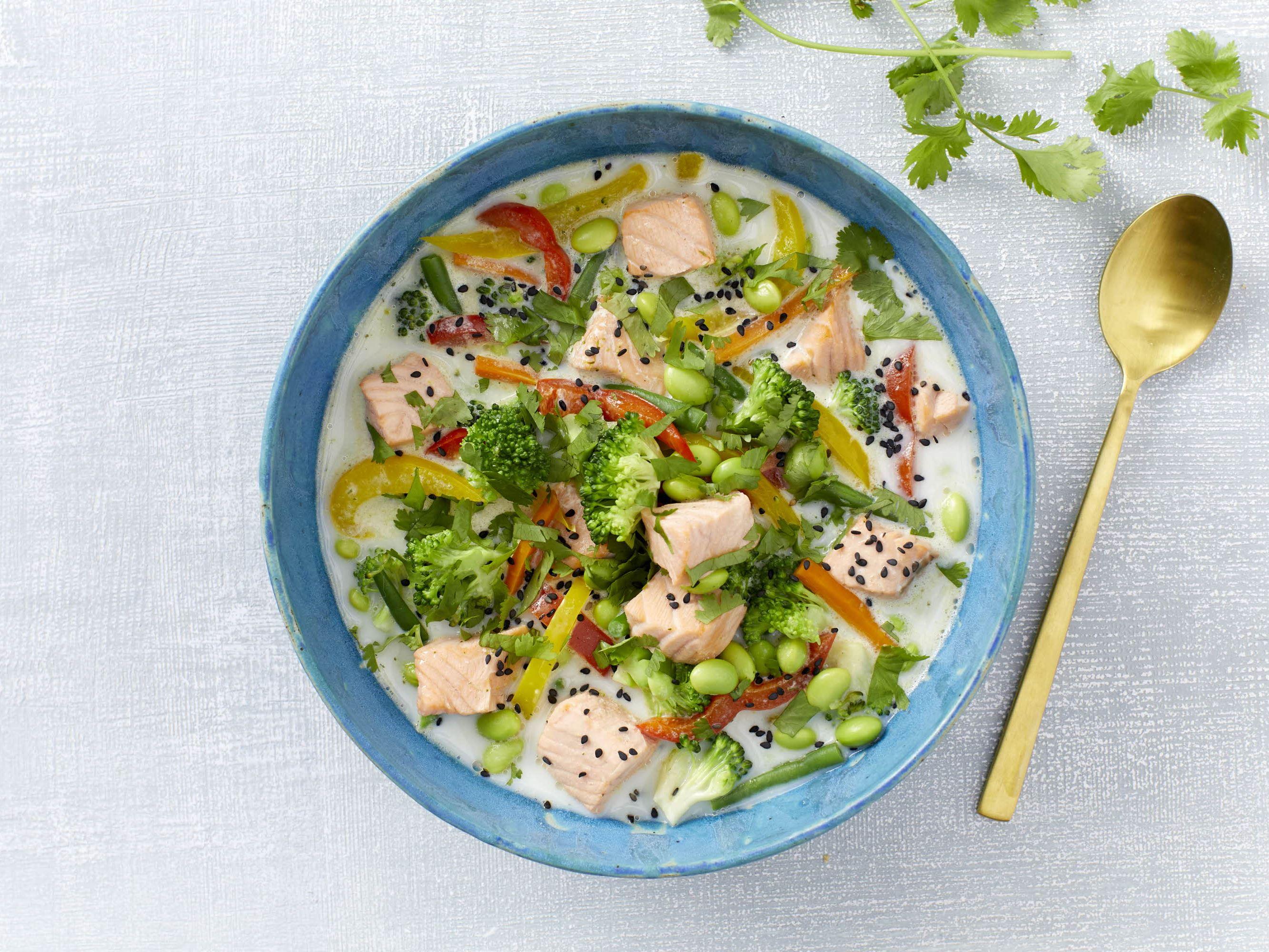 Grøntsagssuppe med edamamebønner og laks