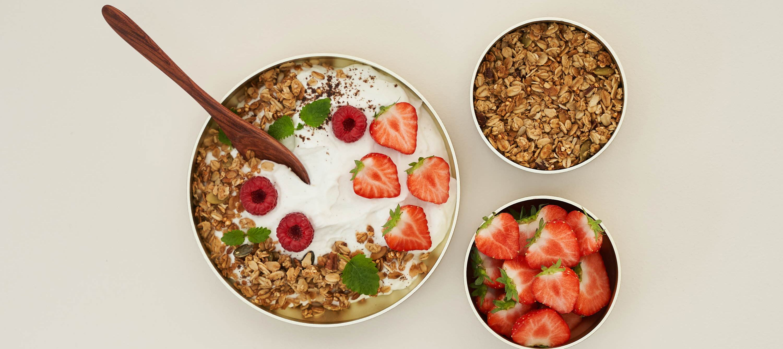 Skyr med vanilje, jordbær og granola