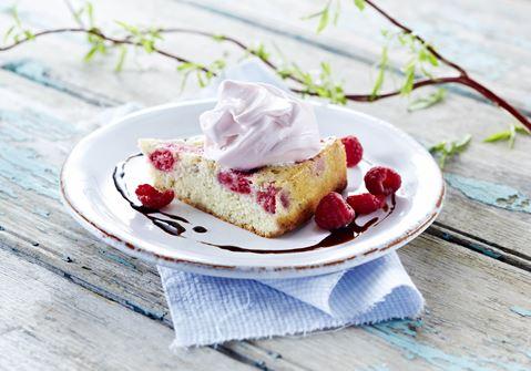 Vaniljekage med softice, hindbær og lakridssirup
