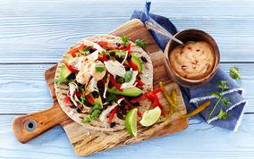 Sprøde tortillas med grillet kylling, avocado, lime og koriander