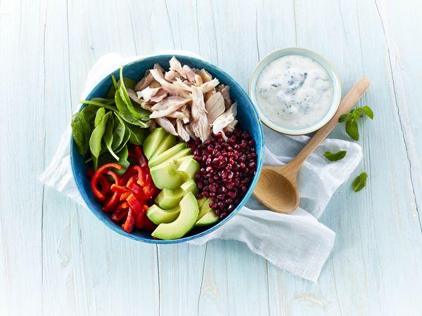 Salat med røget kylling, granatæble og avocado