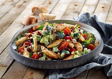 Broccolisalat med kylling og tranebær