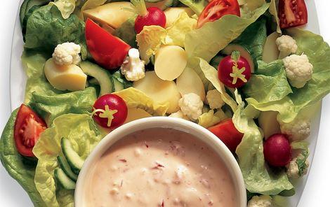 Salat med peberfrugtdressing
