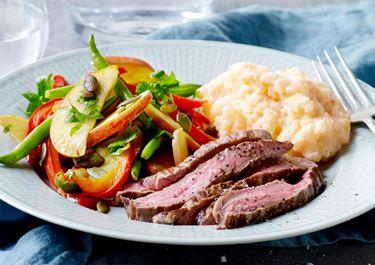 Grov kartoffelmos med flanksteak og stegte grøntsager