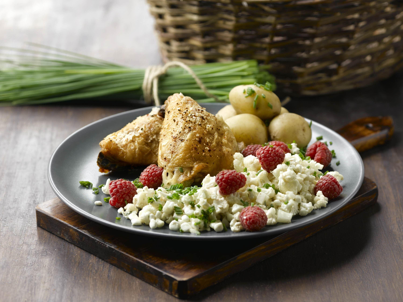 Blomkålssalat og stegte kyllingelår