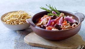 Røde grøntsager og oliven i gryde