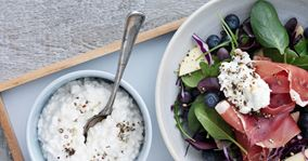 Spinat- og rucolasalat med parmaskinke og hytteost