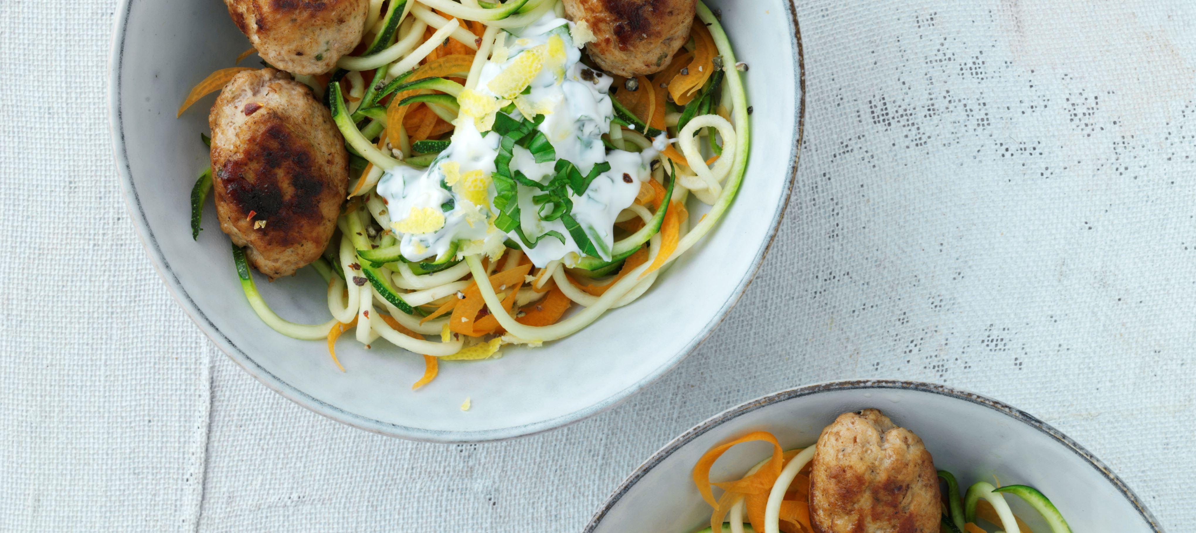 Frikadeller med hytteost og grøntsagsspaghetti