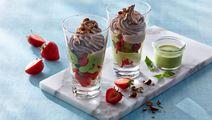 Chokoladeis med jordbær og basilikumsabayonne