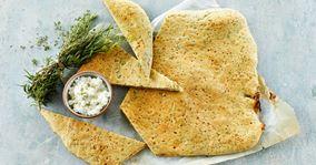 Hurtigt madbrød med hytteost og krydderurter