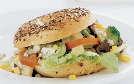 Bagels med broccoli og blåskimmelost