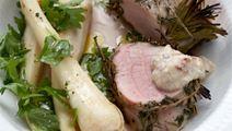 Stegt svinemørbrad med pastinakker og brødsauce med mandler