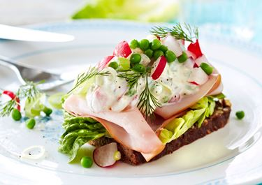 Smørrebrød med skinke og let italiensk salat