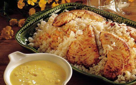 Varm karrysauce og kalkunschnitzeler