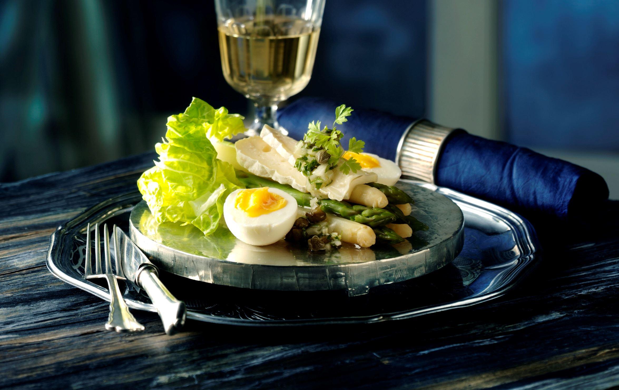 Asparges med vinaigrette og ost